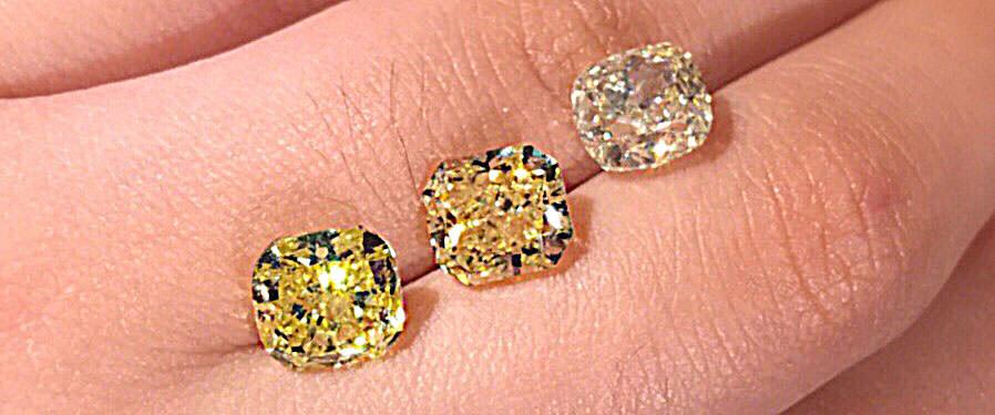 鑽石顏色,由左到右:分別是彩色黃鑽 Fancy Vivid Yellow、Fancy Yellow、發黃的白鑽 W色
